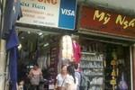 """Giữa lòng Hà Nội, hàng loạt cửa hàng Việt """"kì thị"""" khách Việt"""