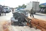Xe tải đối đầu taxi: Tài xế chết kẹt trong cabin, 3 người bị thương