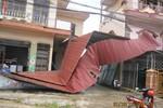 Sau bão, Quảng Bình lại tan hoang vì lốc xoáy