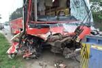 Xe khách đối đầu xe tải trên QL1A, hàng chục hành khách hoảng loạn