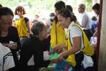 Hàng trăm suất quà đến với đồng bào lũ lụt tỉnh Quảng Bình