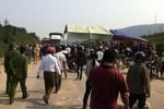 Người dân dựng rạp trên QL 1A vì tài xế xe tải gây tai nạn rồi bỏ trốn