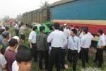 Xe taxi bị tàu hỏa nghiền nát, tài xế may mắn thoát chết