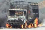 Ô tô tải bốc cháy khi đang lưu thông trên quốc lộ 12A