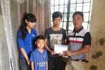Trao quà cho 3 chị em bất hạnh, trong 10 tháng mất cả cha và mẹ