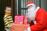 Có nên thuê ông già Noel tặng quà cho trẻ ở chốn đông người?