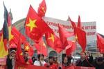 Bà con người Việt tại Đức biểu tình phản đối Trung Quốc xâm phạm Biển Đông