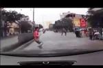 Video: Liều mình băng quả rào phân cách, nam thanh niên gặp nạn