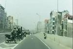 Video: Trai thanh gái lịch thiếu văn hóa khi tham gia giao thông