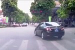 Video: Xe ô tô biển xanh ngang nhiên vượt đèn đỏ ở Hà Nội