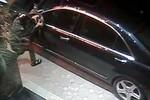 Video: Xe Mercedes 4 tỉ bị trộm bẻ gương hậu dù đã bọc kín