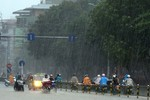 Cơn mưa chiều giải tỏa 'cơn khát' cho người dân Hà Nội