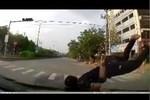 Video: Nam thanh niên bị ôtô húc văng lên trên nắp ca pô
