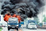 Video: Xe tải bốc cháy đùng đùng, tài xế phải đạp cửa thoát thân