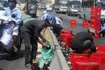 Video: Xe chở bia gặp nạn, người dân mang cả xe ba gác ra hôi của