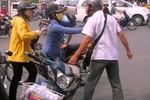 Ăn trộm xe máy rồi bị đuổi, đối tượng rút dao chém tới tấp vào chủ xe