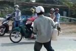 Video: Người dân lại xách xô ra hôi của xe chở ngô gặp nạn ở Đồng Nai