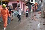 Đi qua cột điện lúc trời mưa to, một thanh niên bị điện giật chết