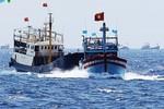 Tàu Trung Quốc điên cuồng vây ép, tàu Việt Nam bình tĩnh vòng tránh