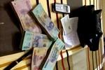 Một nhà báo nhặt được 175 triệu đồng đang tìm người đánh rơi để trả