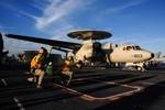 Hải quân Mỹ đưa vào hoạt động máy bay cảnh báo sớm E-2D mới nhất