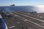 F-35C hạ cánh, móc cáp hãm đà thành công trên tàu sân bay