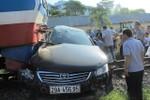 Hà Nội: Tàu hỏa đâm nát xe Toyota Camry, lái xe bị thương nặng