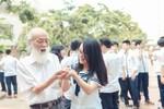 Hình ảnh xúc động thầy Văn Như Cương và học trò thả chim phóng sinh