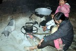 Mẫu Sơn lạnh cóng, người dân không thể rời bếp lửa