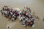 Ấn Độ: Xe bus mất lái bất ngờ lao xuống sông, 19 người chết