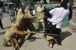 Ấn Độ: Nữ sinh đụng độ nữ cảnh sát vì 90% bị trượt sát hạch