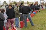 Hậu bão Sandy, dân New York rút súng dọa nhau vì xếp hàng mua xăng