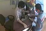 Video: Tên trộm đeo khẩu trang che mặt lấy trộm laptop của bà chủ