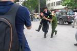 Ảnh: Lính cứu hỏa bị ngạt trong khi dập đám cháy ở cây xăng