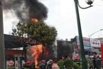 Video: Vụ cháy cây xăng, Cảnh sát loay hoay đá bọt trượt ngã vào lửa