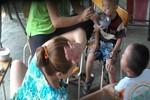 Video: Phẫn nộ cảnh cô giáo bóp cổ, tát bôm bốp vào mặt trẻ mầm non