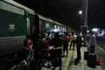 Lật đầu tàu ở Lào Cai, hàng nghìn du khách bị kẹt giữa đêm