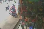 Video: Chàng trai dừng mua hoa bị mất Air Blade