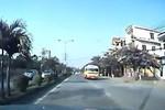 """Video: Xe bus """"nghênh ngang"""" đi ngược chiều"""