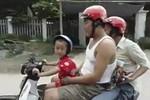 Video: Bé trai chở bố mẹ phóng vút trên đường cao tốc