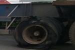 Video: Phát hoảng khi thấy xe container nổ lốp vẫn chạy tốc độ cao