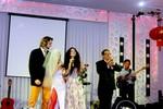 Mai Khôi 'nổi loạn' với tất lưới đỏ rực trong đám cưới chồng Tây