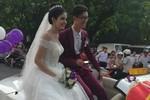 Andrea Aybar rạng rỡ mặc váy cưới ngồi xe mui trần