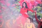 Trà Ngọc Hằng thay áo giữa sân khấu trên truyền hình trực tiếp