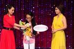 Fans 'đứng ngồi không yên' với clip Mỹ Chi khoe nhận giải Mai Vàng