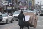 Nữ sinh Hàn nhặt rác giúp gia đình gây xúc động