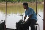 Người lái đò miễn phí chở học sinh qua sông