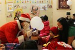 Chùm ảnh: Trẻ thơ phấn khích đón ông già Noel