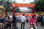 Phụ huynh tụ tập trước cổng trường Đặng Cương yêu cầu huyện kết luận