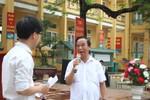 Giáo sư Nguyễn Lân Dũng thắp lửa cho các em học sinh trường Đoan Hùng